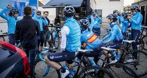 Las ciclistas del Movistar, a punto de tomar la salida en el entrenamiento.