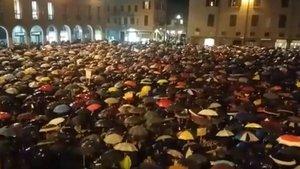 El 'Movimiento de las sardinas' llena la plaza de Módena, el pasado lunes.