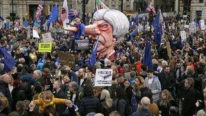 Un muñeco de la primera ministra británica, Theresa May, es llevada a través de Trafalgar Square durante una marcha anti-Brexiten Londres.