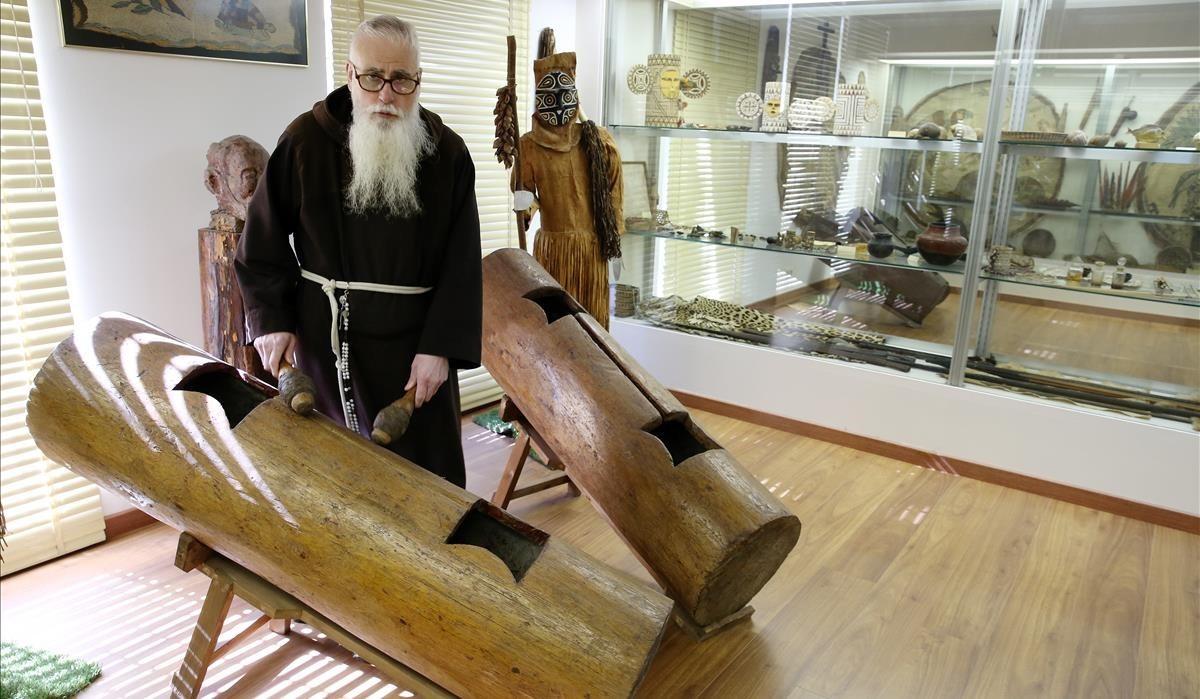 Elfraile Valentí Serra de Manresa, en el museo etnográfico de los capuchinos.