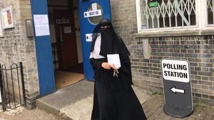 Nadya Sheriff, yemení nacionalizada británica, vota en el barrio de Finsbury Park, en el norte de Londres.