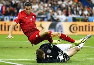 Neuer atrapa el balón ante el delantero polaco Lewandowski.
