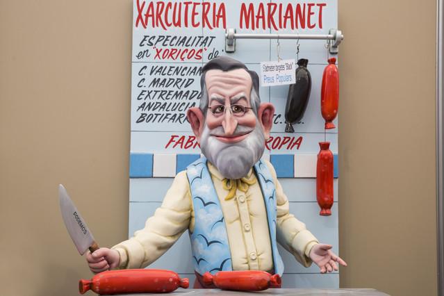 El presidente del Gobierno, Mariano Rajoy, posa en la Xarcuteria Marianet.