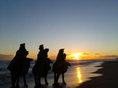 Los Reyes Magos llegando a última hora de la tarde a la playa de Gavà. Foto de Xavi Cabo Papiol.