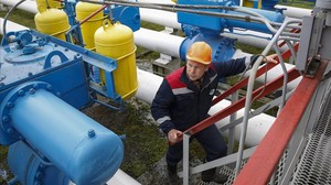 Un operario revisa las instalaciones de la central de almacenaje de gas de Dashava, próxima a Stryi, en el oeste de Ucrania, el 28 de mayo.