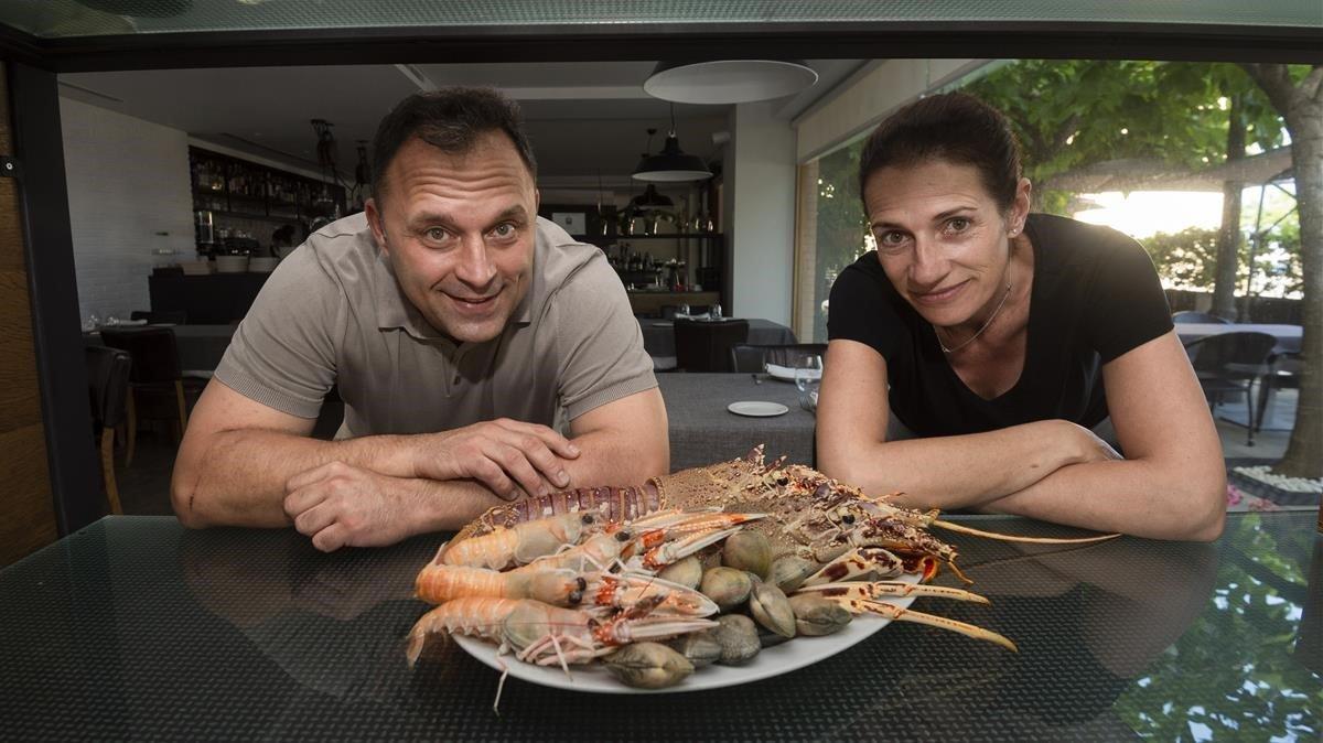 Óscar y Eulàlia, propietarios del restaurante Ca l'Eulàlia, en el Serrallo.