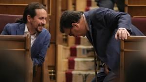 Pablo Iglesias de Podemosconversando con Aitor Esteban del PNV.