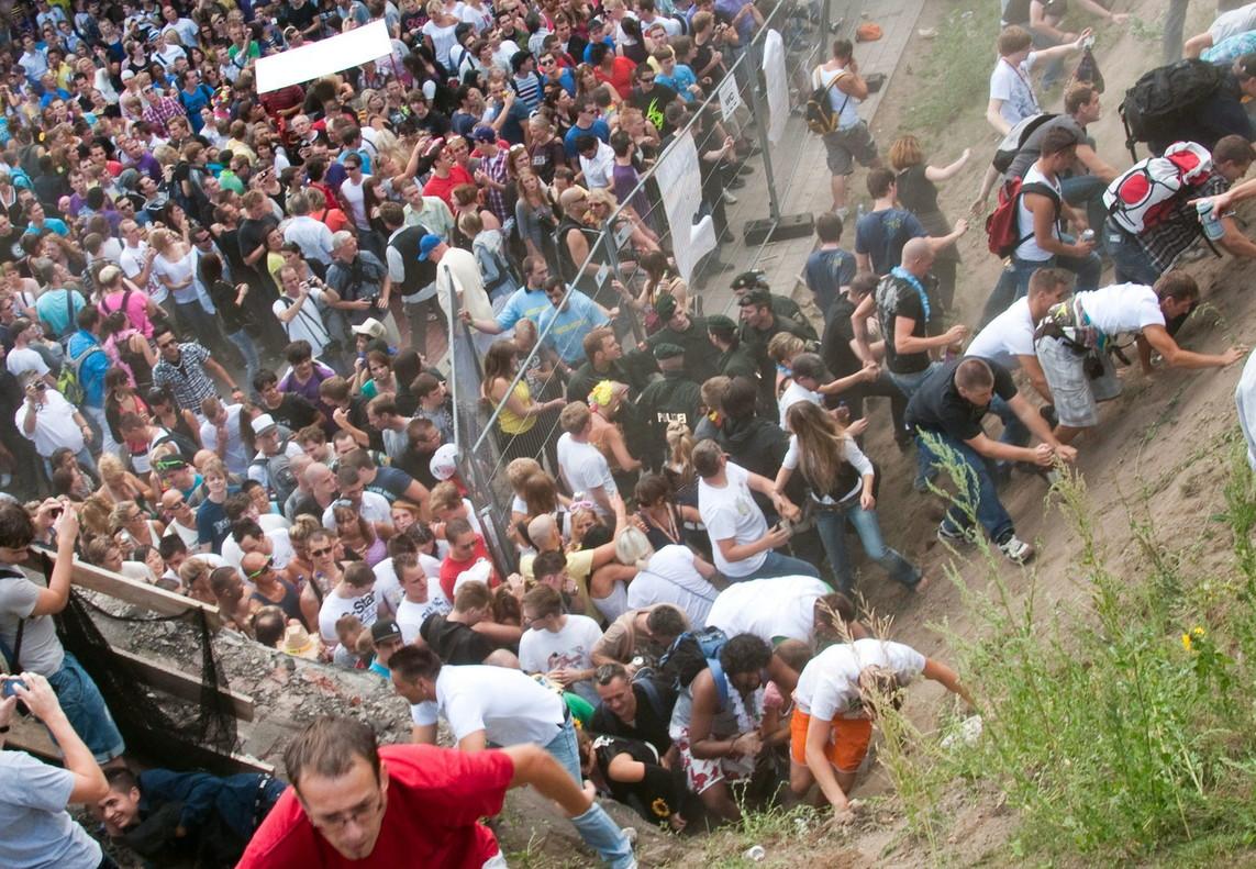 Participantes en la fiesta Loveparadeintentan salir de la zona en un momento de pánico colectivo, en Duisburgo en el 2010.
