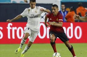 El jugador Sergio Reguilón, del Real Madrid, disputa el balón con Alexis Sánchez, del Manchester United, durante un partido de la Copa Internacional de Campeones.