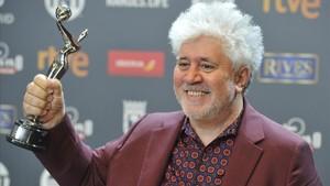 Pedro Almodóvar recibe el Premio Platino al mejor director.