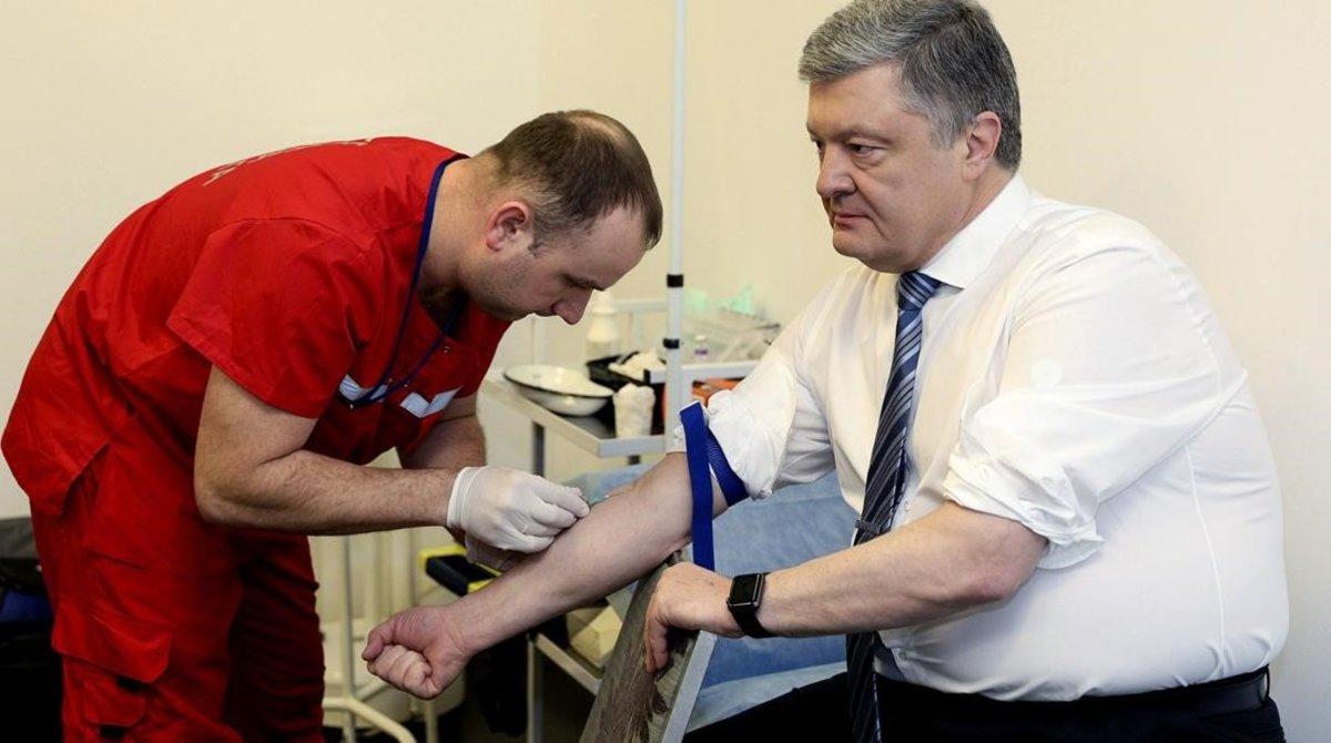Petró Poroshenko, presidente de Ucrania y candidato a la reelección, durante un análisis de sangre para demostrar que no ha abusado del alcohol ni las drogas, el 5 de abril del 2019.