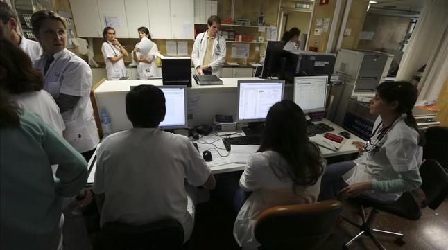 Personal sanitario en el centro de control de urgencias del Hospital Clínic.