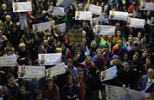 La plaza de Sant Pere de Berga, durante el acto de rechazo a la agresión homófoba que sufrieron dos jóvenes homosexuales en una discoteca de la localidad.