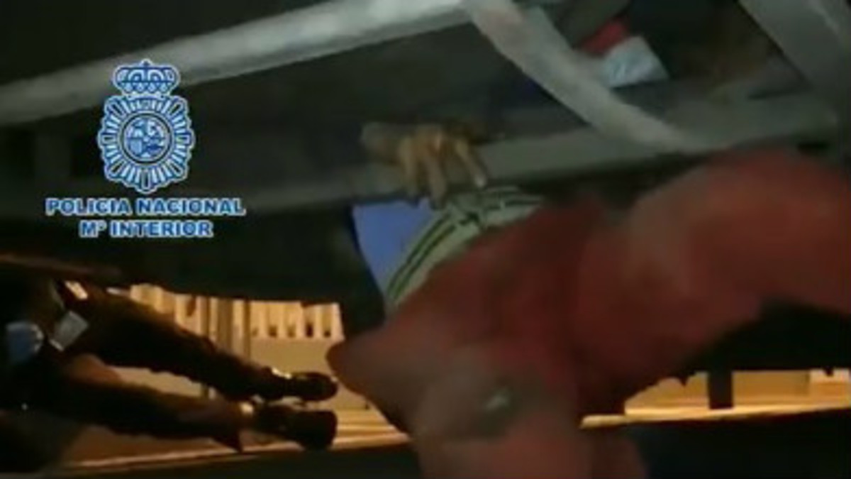 Así ha sido el rescate de un menor marroquí de los bajos de un autobús