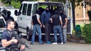 Policías franceses y forenses se preparan para buscar pruebas en la vivienda del sospechoso del atentado de Lyón.