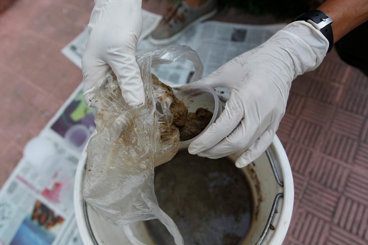 Preparación de una bomba de excrementos, esta semana en Caracas.