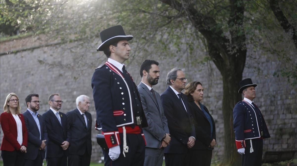 El presidente del Parlament, Roger Torrent; el presidente del Govern, Quim Torra, y la alcaldesa de Barcelona, Ada Colau, durante la ofrenda a la tumba de Lluís Companys.