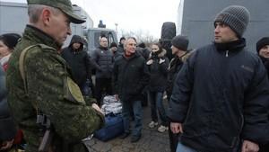 Prisioneros ucranianos durante la operación de intercambio en el punto de control cercano a Górlovka, el 27 de diciembre.