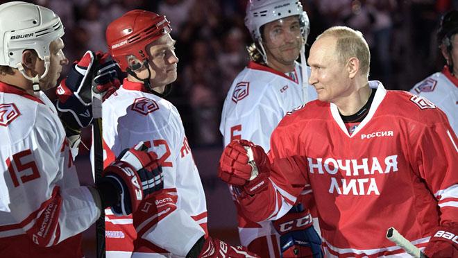 Putin, estrella del hockey hielo en Sochi.