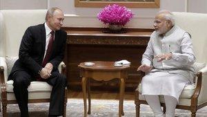 El primer ministro indio, Narendra Modi,conversa con el presidente ruso, Vladimir Putin, enNueva Delhi.