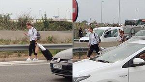 Rakitic, caminando desde el aeropuerto de El Prat por la autovía.