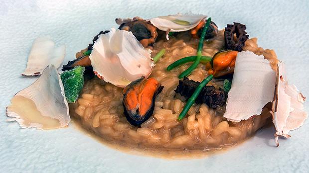 Aurelio Morales, chef de Cebo y La Terraza del Claris, enseña cómo hace el arroz Costa Brava con mejillones de roca