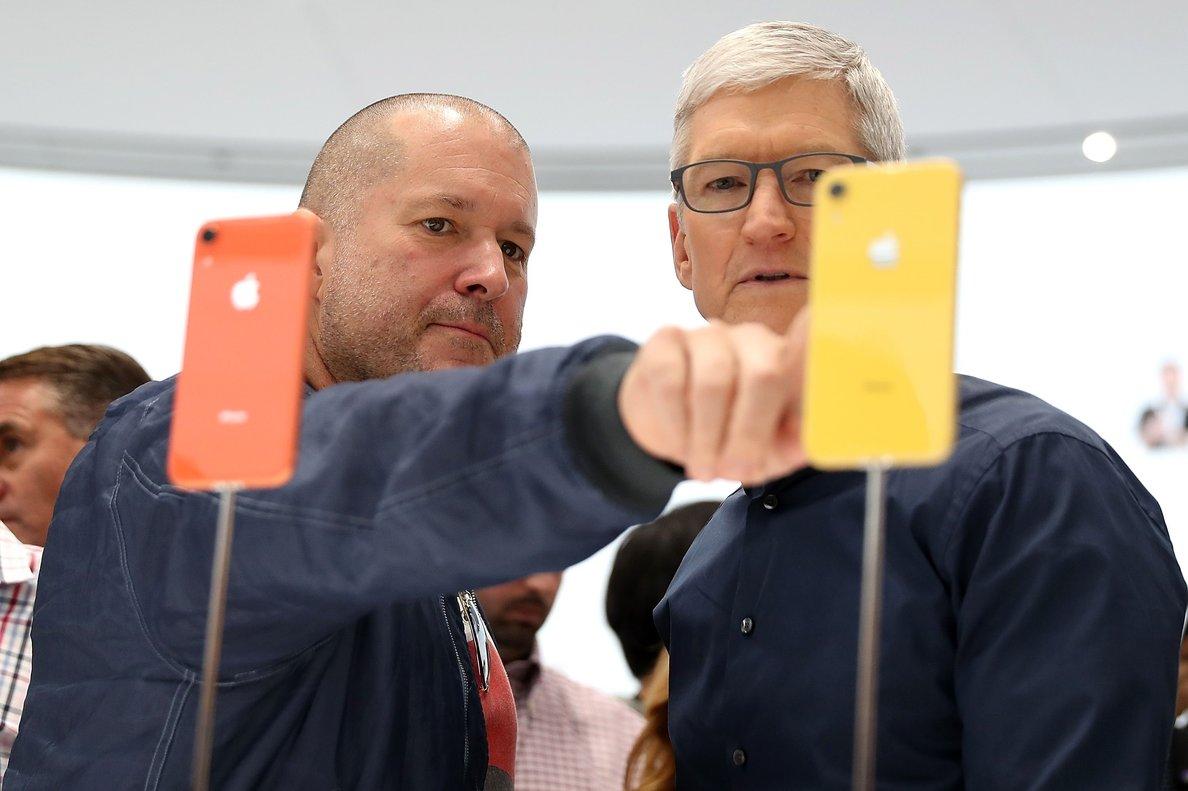 El responsable de diseño de Apple, Jony Ive (izquierda), junto al consejero delegado de la empresa, Tim Cook.