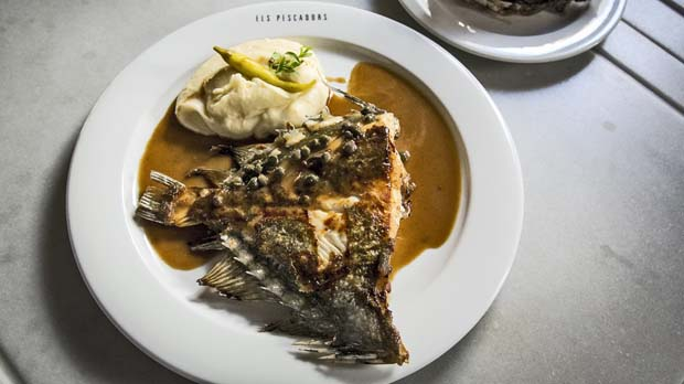 La recepta dEls Pescadors del gall de Sant Pere (de la Barceloneta) a la mantega negra.