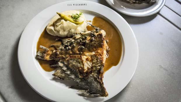 La receta de Els Pescadors de Sant Pere (de la Barceloneta) a la mantequilla negra.