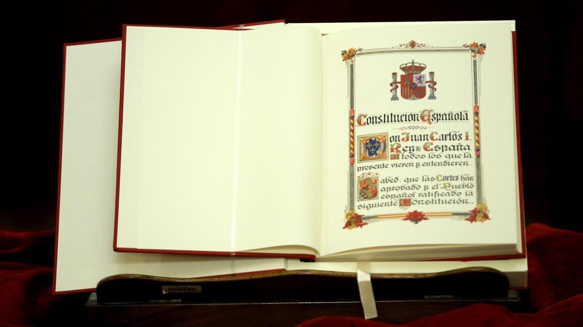 Ejemplar de la Constitución española.