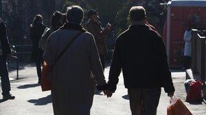 Una pareja pasea por el centro de Barcelona en una imagen de archivo.