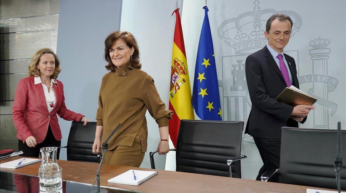Laministrade Economía, Nadia Calviño, la vicepresidenta, Carmen Calvo, y el ministro de Ciencia, Pedro Duque, en la rueda de prensa tras el Consejo de Ministros.