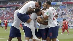 Los jugadores ingleses celebran uno de los tantos ante Panamá.