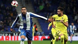 Borja Iglesias y Castaño pugnan por un balón, este jueves en Cornellà.