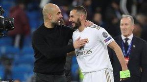 Guardiola bromea con Benzema al acabar el partido del Bernabéu.