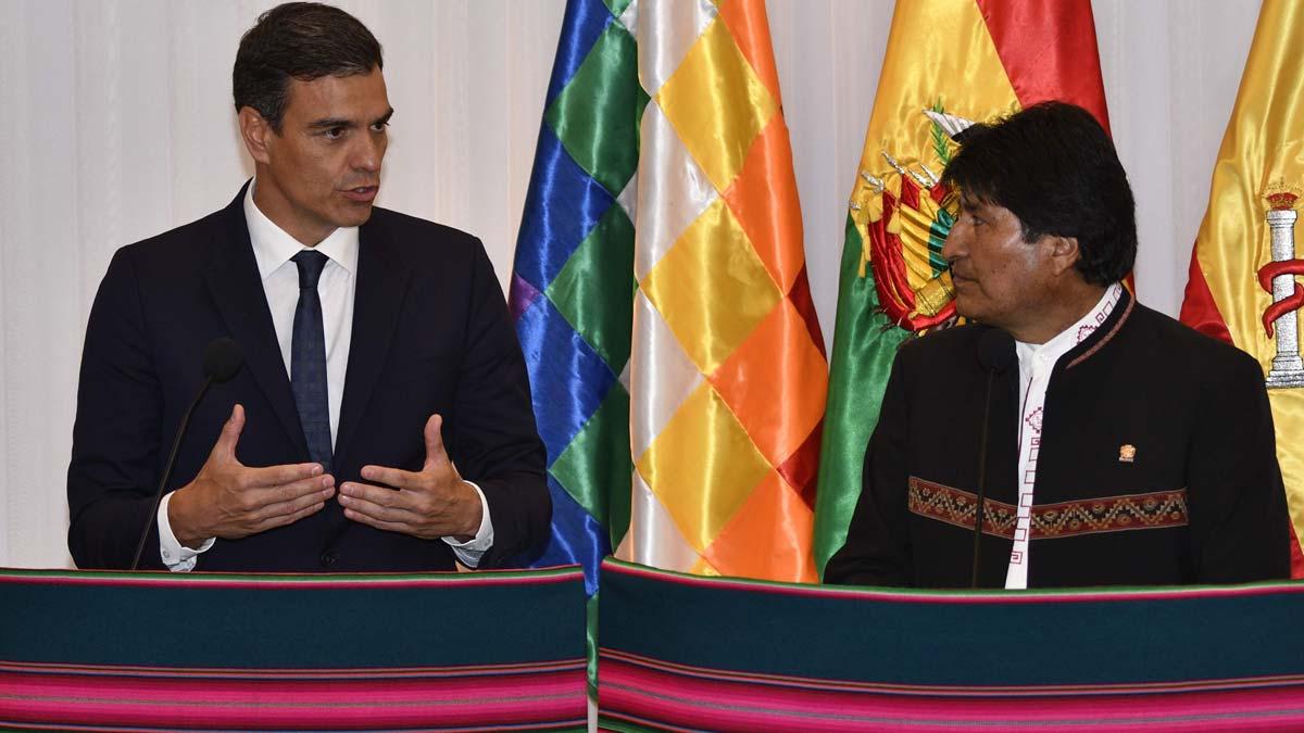 Pedro Sánchez y Evo Morales. En su encuentro, Sánchez ha anunciado que renuncia a hacer un museo de la memoria en el Valle de los Caídos.
