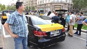 Taxistas concentrados en la esquina de Gran Via con el paseo de Gràcia.