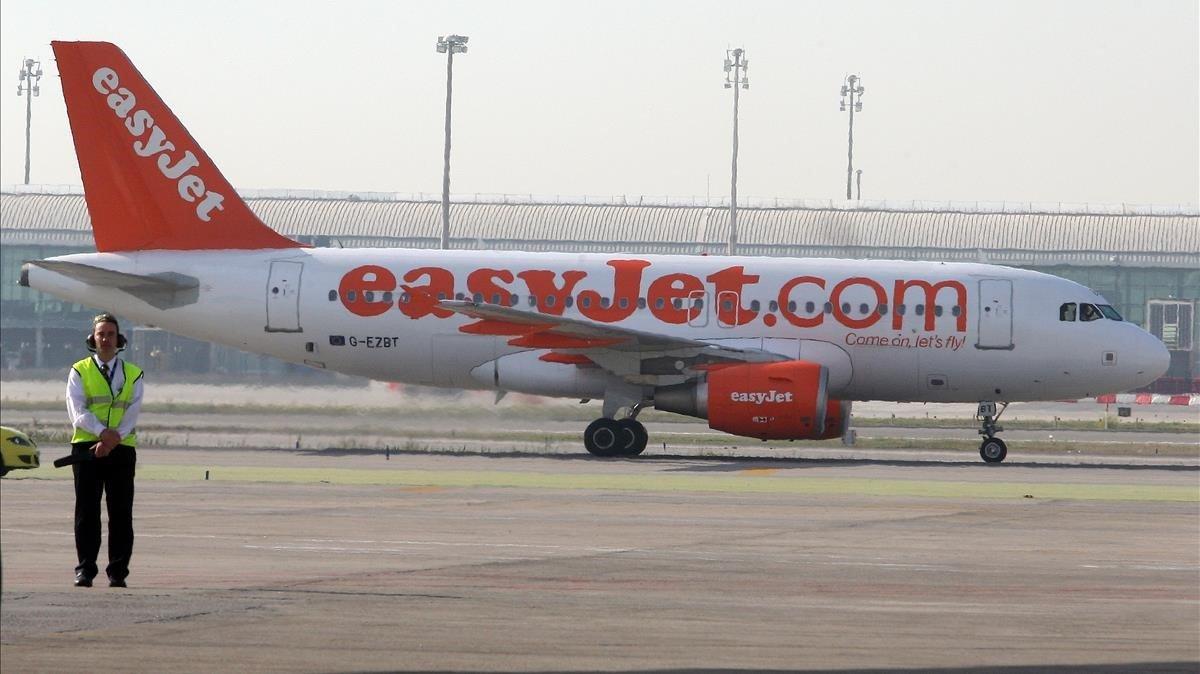 Un avión de la compañía EasyJet, en el aeropuerto del Prat.