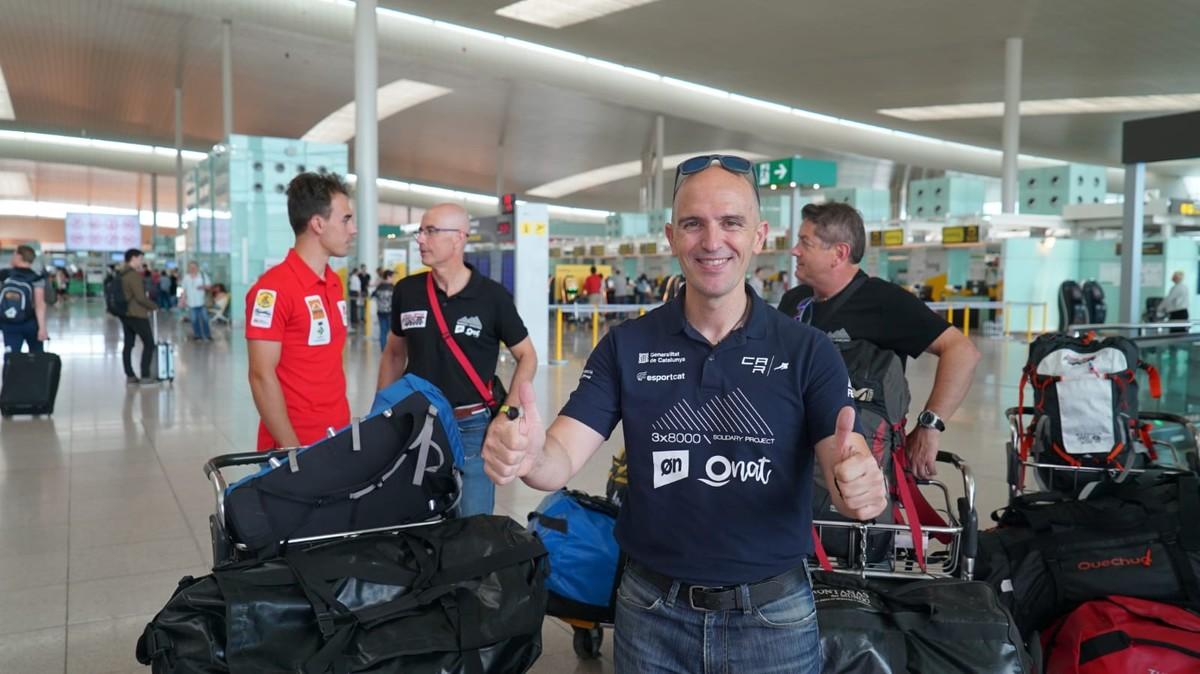 Sergi Mingote en el aeropuerto de El Prat antes de coger el avión que le llevará a Pakistán