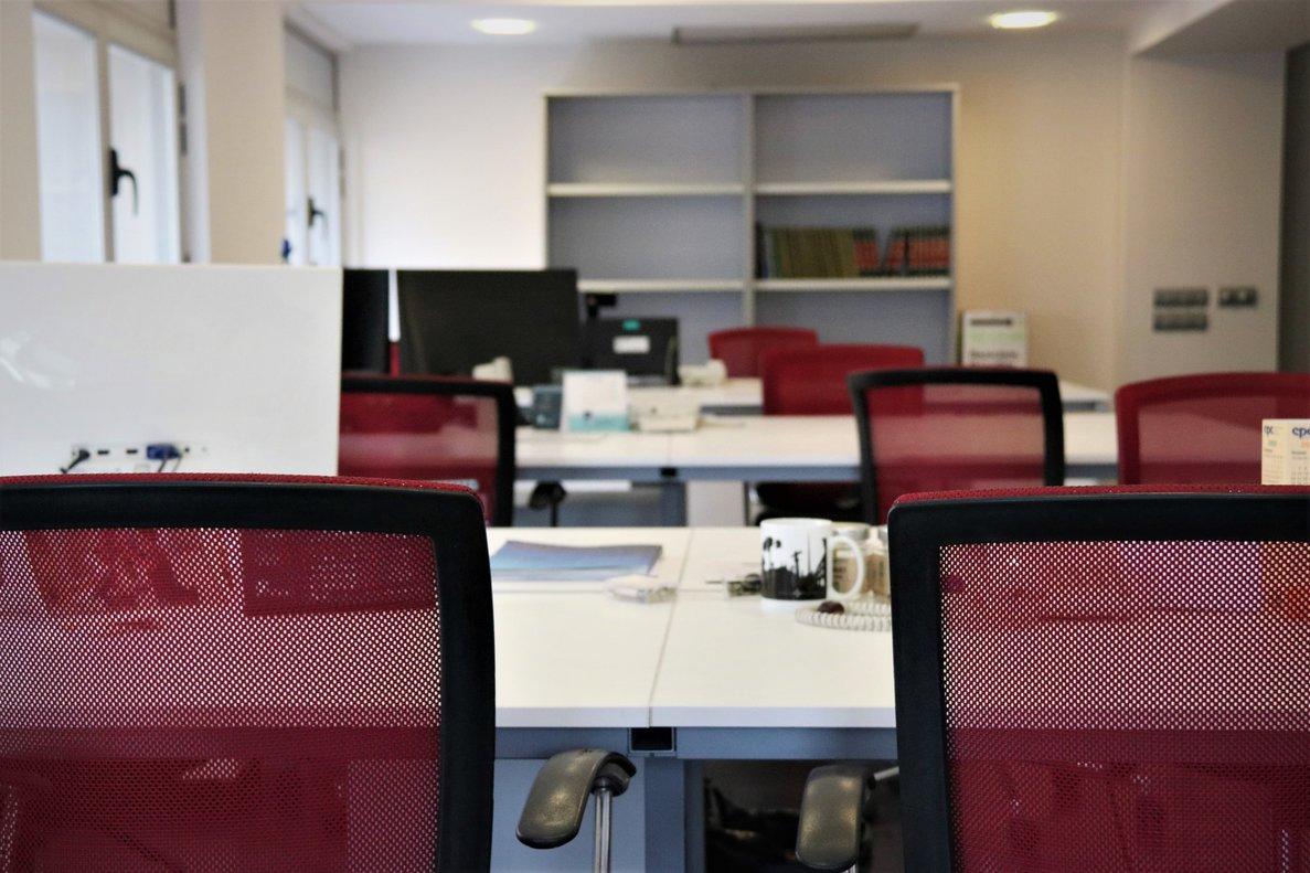 Sillas y mesas vacías durante la primera ola de la pandemia en el 'coworking' Cèntric de Sabadell.