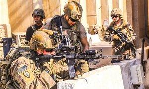 Soldados estadounidenses toman posiciones de ataque en un operativoen Irak.