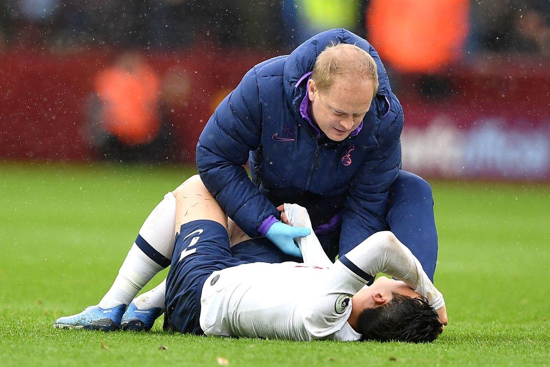 Son, atendido, tras lesionarse ante el Aston Villa.