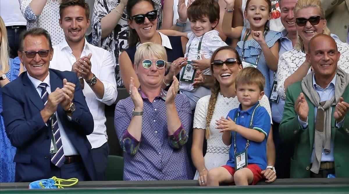 Setefan, el hijo de Djokovic y su mujer Jelena, aplauden en el palco de Wimbledon.