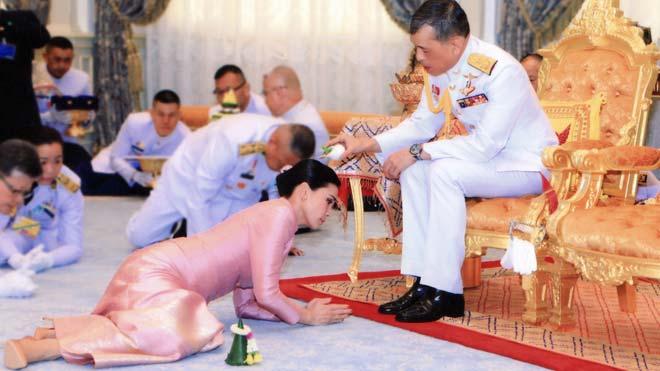 Tailandia tiene nueva soberana, la reina Suthida.En la foto, el rey Maha Vajiralongkorn vierte agua sobre su esposa.
