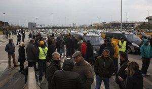 Taxistas esperan la celebración de la asamblea en la T2 del aeropuerto de Barcelona.