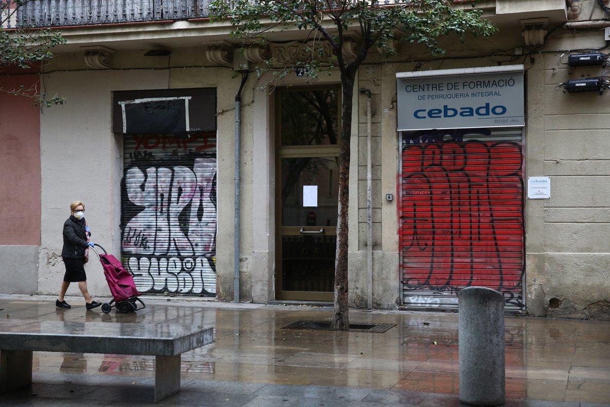 Tiendas cerradas en el centro de Gràcia, Barcelona.