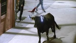 Un toro con bombillas en las fiestas de Los Fayos.