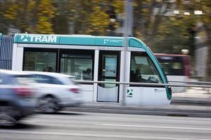 Un tranvía a su paso por la Diagonal.