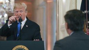 Donald Trump señala al periodista de la CNN Jim Acosta