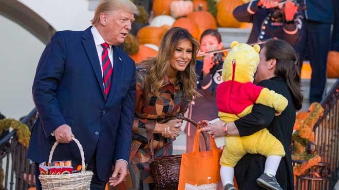 Trump celebra Halloween repartiendo dulces en la Casa Blanca.
